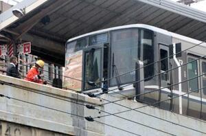 JR東海道線元町駅を通過中に人身事故が起きた新快速電車=26日午前、神戸市