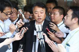 民進党に離党届を提出し、記者に囲まれる鈴木義弘衆院議員=13日午後、東京・永田町の党本部