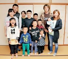 久保さん夫妻(右)は5人、坂東さん夫妻(後列左から2、3人目)は4人の子宝に恵まれた。町内にはほかに5人の子どもがいる家が2軒ある=福井県越前市勾当原町の「ふれあい会館」