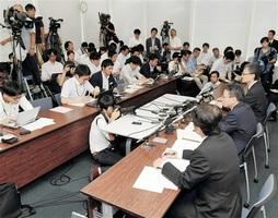 関西電力本店で開かれた臨時記者会見。右手前から2人目は岩根茂樹社長=9月27日、大阪府大阪市