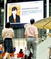 大型ビジョンに映った「稲田防衛相が辞任の意向」を伝えるニュース=27日午後8時25分ごろ、福井市のハピリンの屋根付き広場ハピテラス