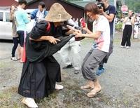 男性シンボル神棒で女性つつく奇祭
