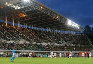 観客を入れて行われたサッカーJ2の岡山―北九州戦=10日、岡山市のシティライトスタジアム