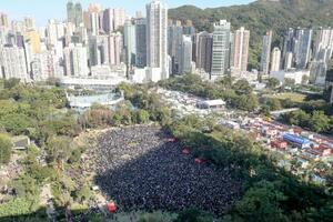 「五大要求」を掲げる民主派団体の呼び掛けに集まった多くのデモ参加者=8日、香港(共同)