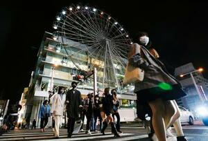 マスクを着けて名古屋・栄を歩く人たち=1日夜