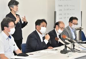 運転手が新型コロナウイルスに感染し、会見する京福バスの矢崎孝明常務(右から3人目)ら=7月17日、福井県庁
