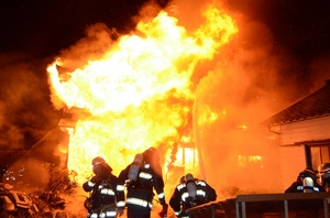 激しく燃える住宅=11月2日午前4時55分ごろ、福井県坂井市丸岡町南横地