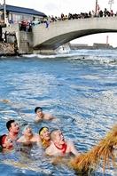 極寒でも水中でも男衆は綱と戦う