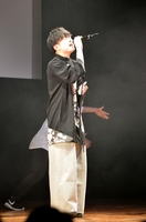 満員の観衆を前に、デビュー曲「ストレリチア」を歌い上げる荒巻勇仁さん=3月25日、福井県坂井市のハートピア春江