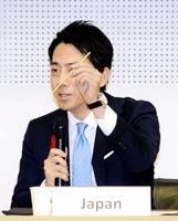 G20の関連会合のあいさつで、タナックスが商品化した大麦ストローをPRする小泉環境相=10月9日、東京都渋谷区の国連大学
