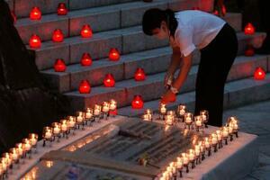 日航ジャンボ機墜落事故から35年を迎え、犠牲者を追悼しろうそくをともす村の関係者=12日夕、群馬県上野村