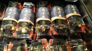 昨年2月の節分の日に売り場に並んだ恵方巻き=東京都内