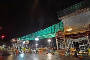 夜間通行止めで行われた北陸新幹線の高架橋整備作業=22日午前1時ごろ、福井市高柳1丁目