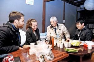 ゲストハウスで外国人と交流する伊藤さん(右から2人目)ら=14日夜、福井県越前市若松町