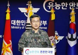記者会見する韓国軍幹部=23日、ソウル(聯合=共同)