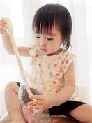 【2歳未満児とおうち遊び】(上) 生活用品で手…