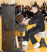 「被爆ピアノ」で演奏する生徒=14日、福井市至民中