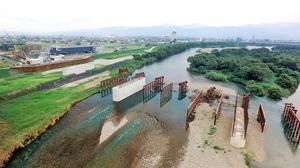 引き続き建設費が盛られ、整備が進む九頭竜川橋=22日、福井市中藤新保町上空から日本空撮・小型無人機ドローンで撮影