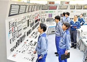 計器を見ながら発送電開始のスイッチを入れる運転員=9日午後2時ごろ、福井県高浜町田ノ浦の高浜原発(代表撮影)