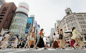厳しい暑さの中、東京・銀座をマスクを着けて歩く人たち=7日午後