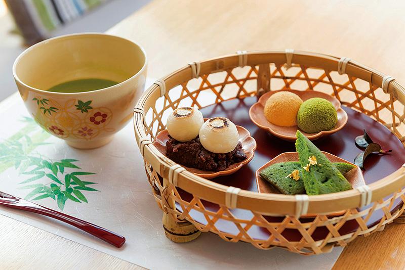 穏やかにお茶を楽しむ大人カフェ。