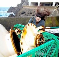 ブローホールから出る風は強力だ。穴に近づくと記者の髪の毛は瞬時に吹き上げられ、波の持つエネルギーを実感