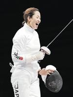 東京五輪フェンシング女子エペ個人、初戦の2回戦で韓国選手に勝利し喜ぶ佐藤希望=7月24日、幕張メッセ