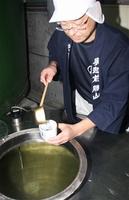 新酒の出来を確認する蔵人=22日、福井県勝山市沢町1丁目の一本義久保本店