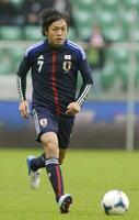 2012年10月、国際親善試合のブラジル戦に先発出場し、国際Aマッチ出場数で日本最多となった遠藤=ウロツワフ(共同)