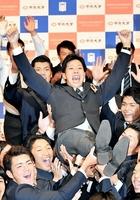 巨人から1位指名され、チームメートに胴上げされる中央大の鍬原拓也(中央)=東京都の中央大学多摩キャンパス