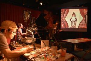 「ニーナ」を歌う矢野絢子さんと、足田メロウさんのライブペインティング