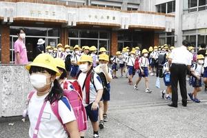 マスクをして集団下校する児童たち=9月6日午後3時55分ごろ、福井県敦賀市