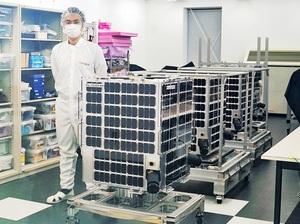 「すいせん」(手前)など4基の地球観測衛星=2020年11月26日午前、東京都中央区