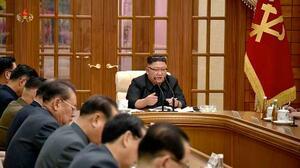 11月29日に開かれた北朝鮮の朝鮮労働党政治局拡大会議で、左手の指にたばこを挟んだまま発言する金正恩党委員長。朝鮮中央テレビが30日放映した(共同)