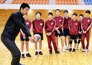 生徒たちに体の使い方を教えるバレーボール元全日本代表の山本隆弘さん(左)=9日、福井県大野市エキサイト広場