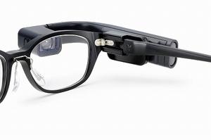 眼鏡にウエアラブル端末を装着するため、ボストンクラブが開発した「ネオプラグ」