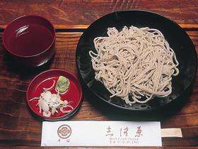 漆と木にこだわり、器にも河和田の漆器を使用