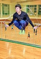 縄跳びの7重跳びでギネス世界記録を達成した森口明利さん=9日、福井市北体育館