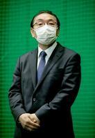 甲子園球場に隣接する室内練習場で記者会見する阪神の揚塩健治球団社長=27日午後、兵庫県西宮市