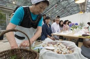 地元に伝わるおすしの作り方の実演。ふくいフードキャラバンで=21日、福井県鯖江市上河内町のラポーゼかわだ