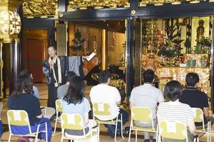 「てらこん」参加者に称念寺の歴史を説明する藤元住職=13日、福井市西木田3丁目の同寺