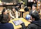 夜のカフェでボードゲーム
