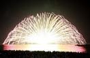 三国花火大会(坂井市) 浜辺彩る重低音と光 ふ…