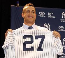 ヤンキースへの移籍が決まり、新しいユニホームを手にするジアンカルロ・スタントン外野手=11日、オーランド(MLB提供・ゲッティ=共同)