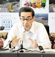 フリーゲージトレインについて定例会見で「早く結論を」と述べる福井県の西川一誠知事=16日、福井県庁