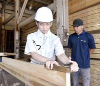 木材扱う仕事に理解 敦賀工高生 かんな引き挑戦