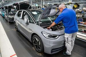 フォルクスワーゲンの工場で電気自動車を組み立てる従業員=7月、ドイツ東部ツビッカウ(ゲッティ=共同)