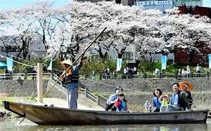 晴天の中、再現された繰舟を楽しむ親子連れ=2日、福井市の九十九橋上流