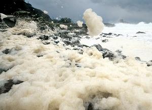 岩場で舞い上がる波の花=27日、福井県福井市鮎川町