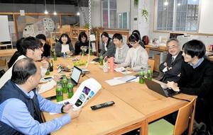 「インスタバトル 高校生vs新聞社」の意見交換会=3月26日、福井県福井市のコワーキングスペースsankaku